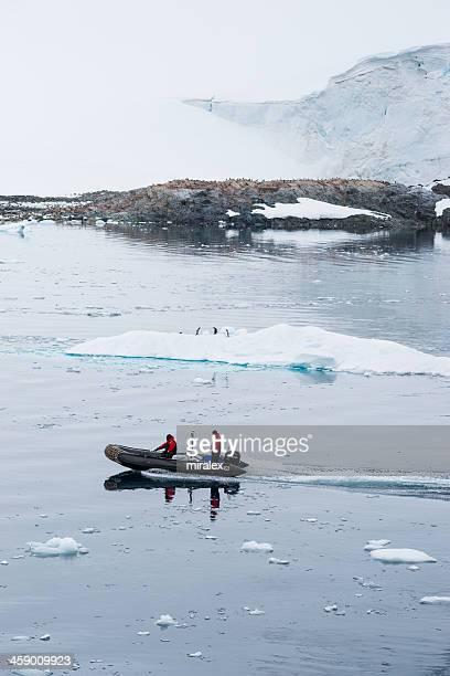 esploratori antartico equitazione in barca gommone gonfiabile, antartide - antarctic sound foto e immagini stock