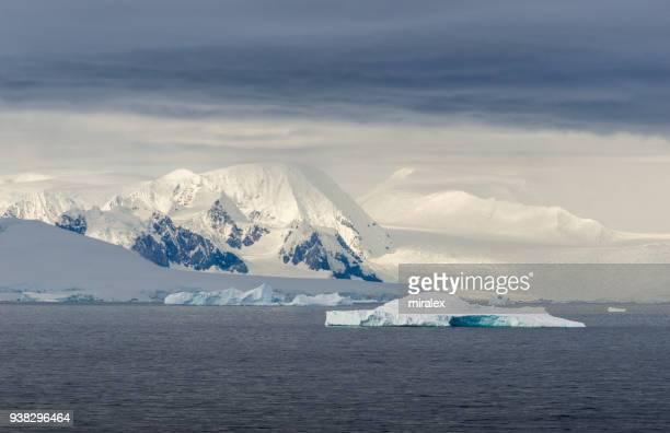 Paisaje antártico con Icebergs y montañas