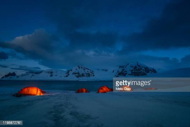 antarctica camping night - 南極大陸探検 ストックフォトと画像