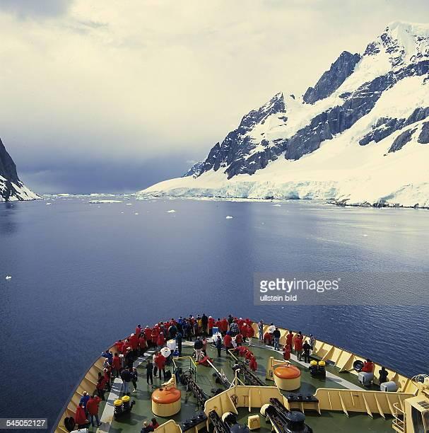 Antarktische Halbinsel / Graham Land Blick über den Bug des russischen Polarforschungsschiff Kapitan Chlebnikow auf den Lamaire Kanal 1999