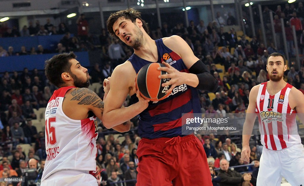 Ante Tomic, #44 of FC Barcelona Lassa competes with Georgios Printezis, #15 of Olympiacos Piraeus during the 2016/2017 Turkish Airlines EuroLeague Regular Season Round 7 game between Olympiacos Piraeus v FC Barcelona Lassa at Peace and Friendship Stadium on November 16, 2016 in Athens, Greece.