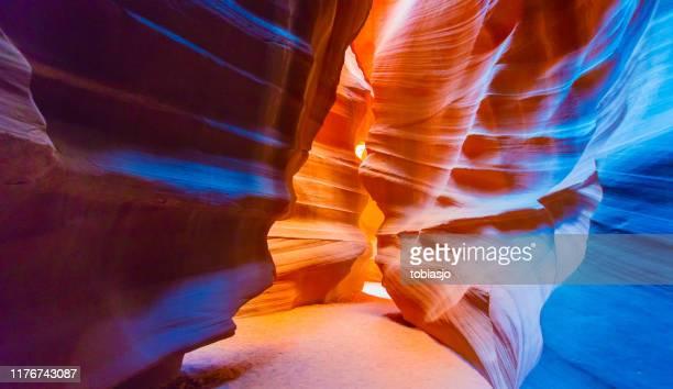 アンテロープ スロット キャニオン - スロット渓谷 ストックフォトと画像