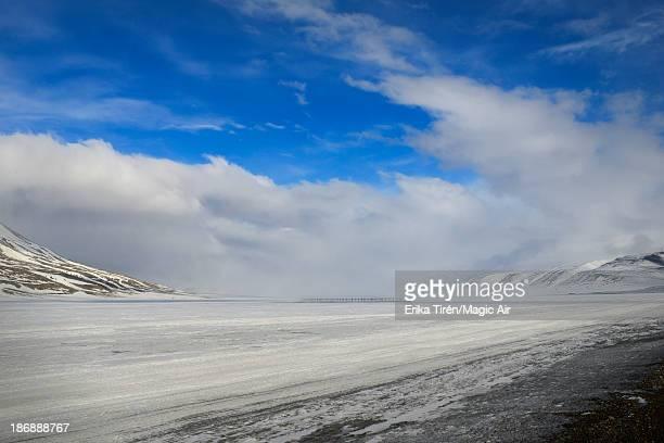 antennas in snowy valley - erika de la vega fotografías e imágenes de stock
