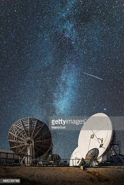 antennas under the milky way - receiver stock pictures, royalty-free photos & images