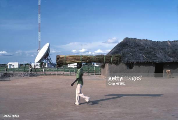 Antenne satellite et maison traditionnelle en octobre 1983 au Soudan