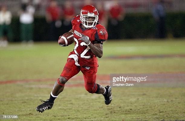 Anthony Alridge of the Houston Cougars carries the ball against the Marshall Thundering Herd at Robertson Stadium November 17, 2007 in Houston,...