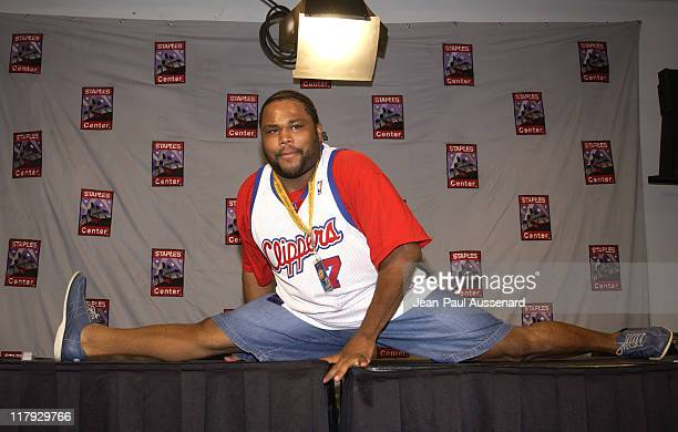 Anthony Anderson doing a split on the press conference table