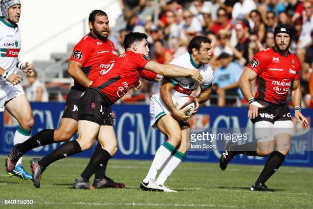 Anthony Belleau of Toulon and Julien Thomas of Pau during the Top 14 match between RC Toulon and Pau at Felix Mayol Stadium on August 27 2017 in...