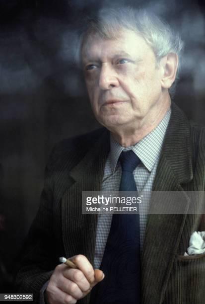 Anthony Burgess chez lui à Paris le 9 février 1983 France