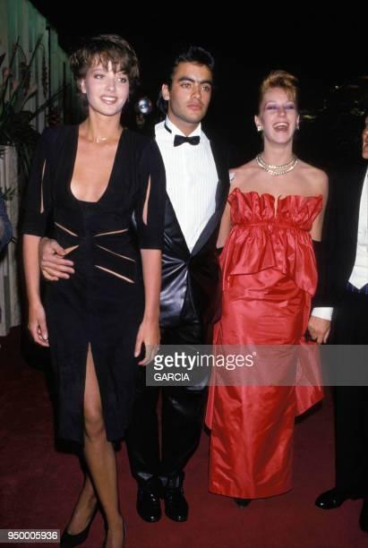 Anthony Delon accompagné de deux femmes lors d'une soirée circa 1980 en France