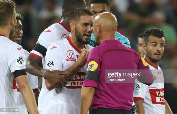 Anthony Delort of Toulouse argue with referee Amaury Delerue during the French Ligue 1 match between Paris Saint Germain and Toulouse FC at Parc des...
