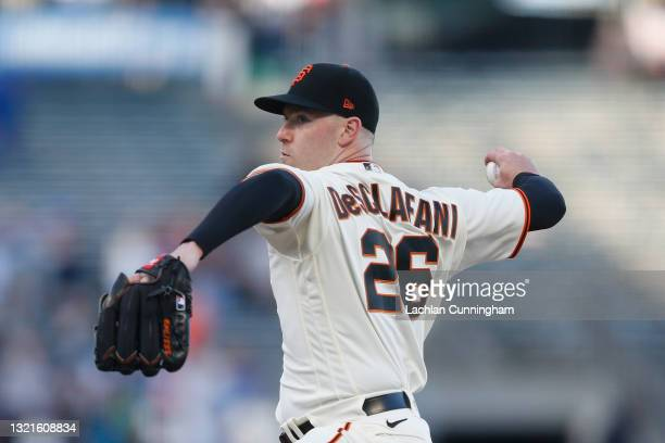 Anthony DeSclafani of the San Francisco Giants pitches in the top of the first inning against the Chicago Cubs at Oracle Park on June 03, 2021 in San...