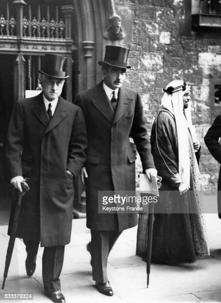 Anthony Eden et Sir Samuel Hoare à la sortie de la cathédrale après la cérémonie funéraire à Londres RoyaumeUni le 25 octobre 1935