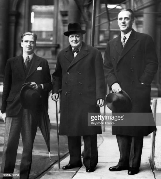 f7363eab1a9c5 Anthony Eden et Winston Churchill au 10 Downing Street à Londres RoyaumeUni  en 1939