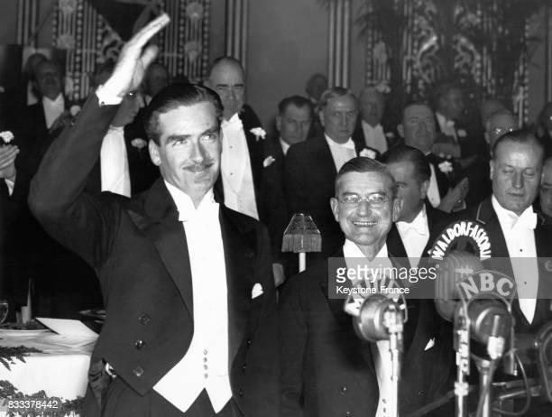 Anthony Eden invité d'honneur au dîner de la National Association of Manufacturers saluant les invités à so arrivée au banquet au WaldorfAstoria à...
