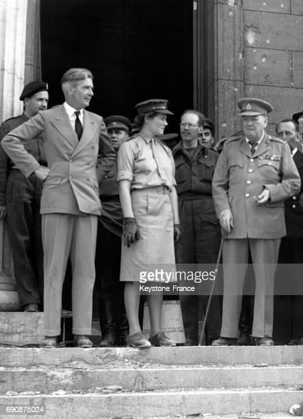 Anthony Eden photographié sur les marches de la Chancellerie d'Hitler à ses côtés Mary Churchill et le Premier ministre Winston Churchill à Berlin...