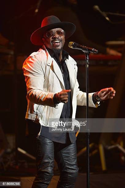 Anthony Hamilton performs onstage at Broward Center for the Performing Arts on October 27 2016 in Fort Lauderdale Florida