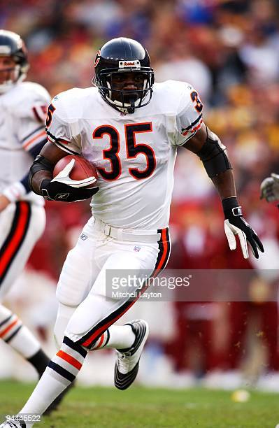 Anthony Miller#35 of the Chicago Bears runs with the ball during a NFL football game against the Washington Redskins on December 23 2001 at FedEx...