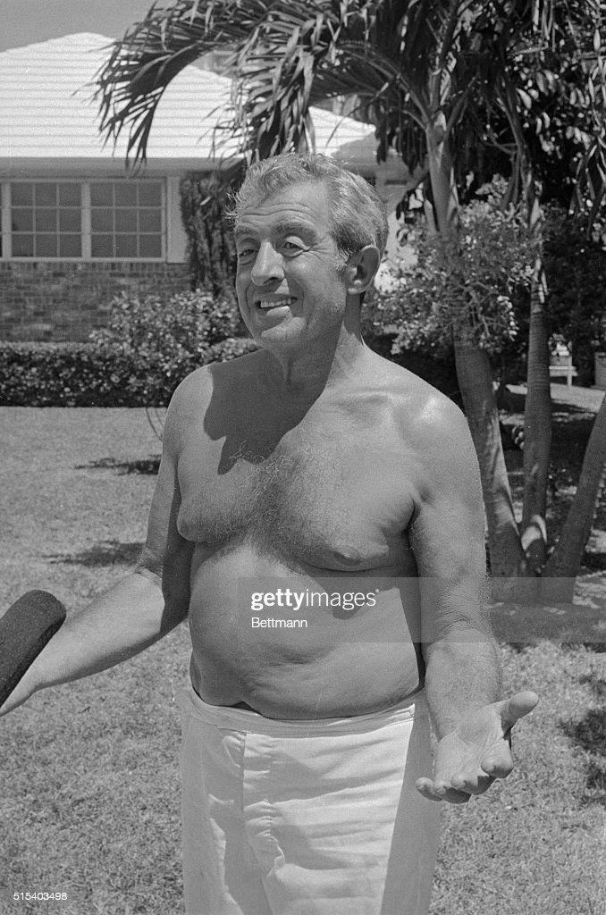 Tony Pro Walking on Lawn Wrapped in a Towel : Nachrichtenfoto