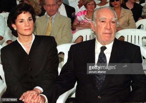 Anthony Quinn und seine Freundin Kathy Benvin halten am 10.7.1995 während eines Konzerts in München Händchen. Nur drei Tage nach der Scheidung von...