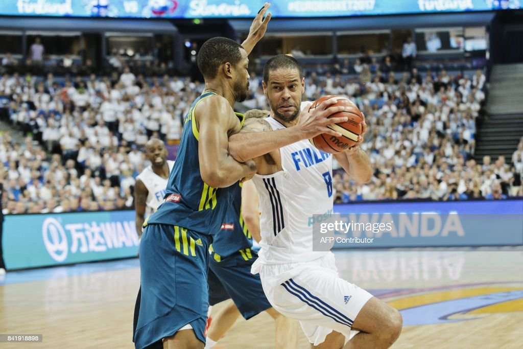 Anthony Randolph (L) of Slovenia and Gerald Lee Jr of Finland vie during the basketball European Championships Eurobasket 2017 qualification round match between Finland and Slovenia in Helsinki, Finland, on September 2, 2017. / AFP PHOTO / Roni Rekomaa AND Lehtikuva / Roni Rekomaa / Finland OUT