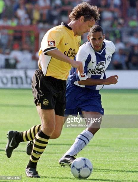 Anthony Sanneh von Hertha BSC Berlin liefert sich beim DFBLigapokalSpiel am in Osnabrück mit Alfred Nijhuis von Borussia Dortmund ein Laufduell Die...