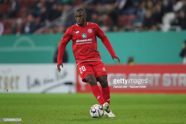 Anthony Ujah of Mainz runs with the ball during the DFB Cup match between FC Augsburg and 1 FSV Mainz 05 at WWKArena on October 30 2018 in Augsburg...