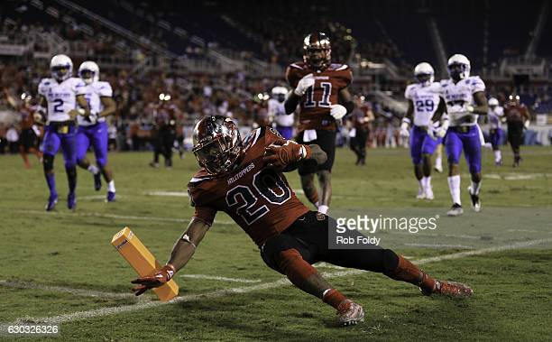 Anthony Wales of the Western Kentucky y Hilltoppers reaches for the pylon during the second half of the game against the Memphis Tigers at FAU...