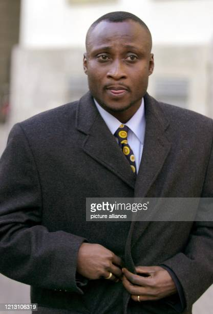 Anthony Yeboah aus Ghana Fußballprofi des Hamburger SV verlässt am das Landgericht in Frankfurt/Main Die für den 2212 angekündigte Urteilsverkündung...