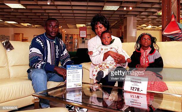 SV 151097 Anthony YEBOAH mit Frau Tesha und den Kindern Shereena und Anthony Junior beim Probesitzen