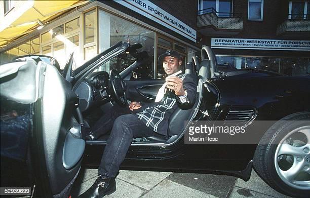 SAISON 97/98 Anthony YEBOAH mit seinem neuen Porsche Boxter