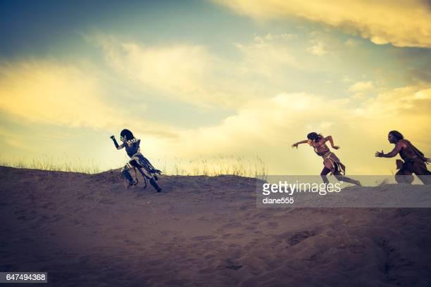 antropomorfo león, cebra y guepardo actores en el desierto - leones cazando fotografías e imágenes de stock
