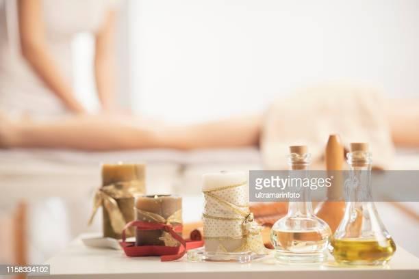 anti cellulite massage. mederotherapy. rolling pin massage. massage therapeut doet healing massage met rolling pin of battledore. vrouw genieten van ontspannen masseren op health spa behandeling. - erotische massage stockfoto's en -beelden