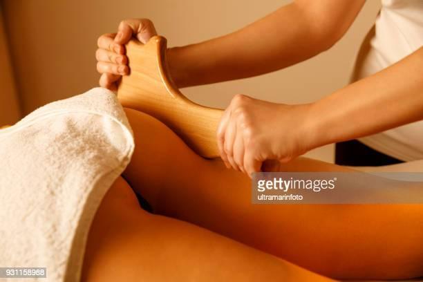 Anti-Cellulite-Massage. Mederotherapy. Nudelholz Massage. Massage-Therapeut Heilmassage mit Nudelholz oder Battledore zu tun. Frau genießen entspannende Massage im Health Spa-Behandlung.