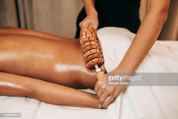 anti cellulite massage - cellulite photos et images de collection