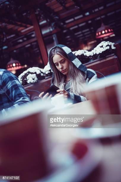 Anti Social fille surfer sur le Net Cafe Restaurant