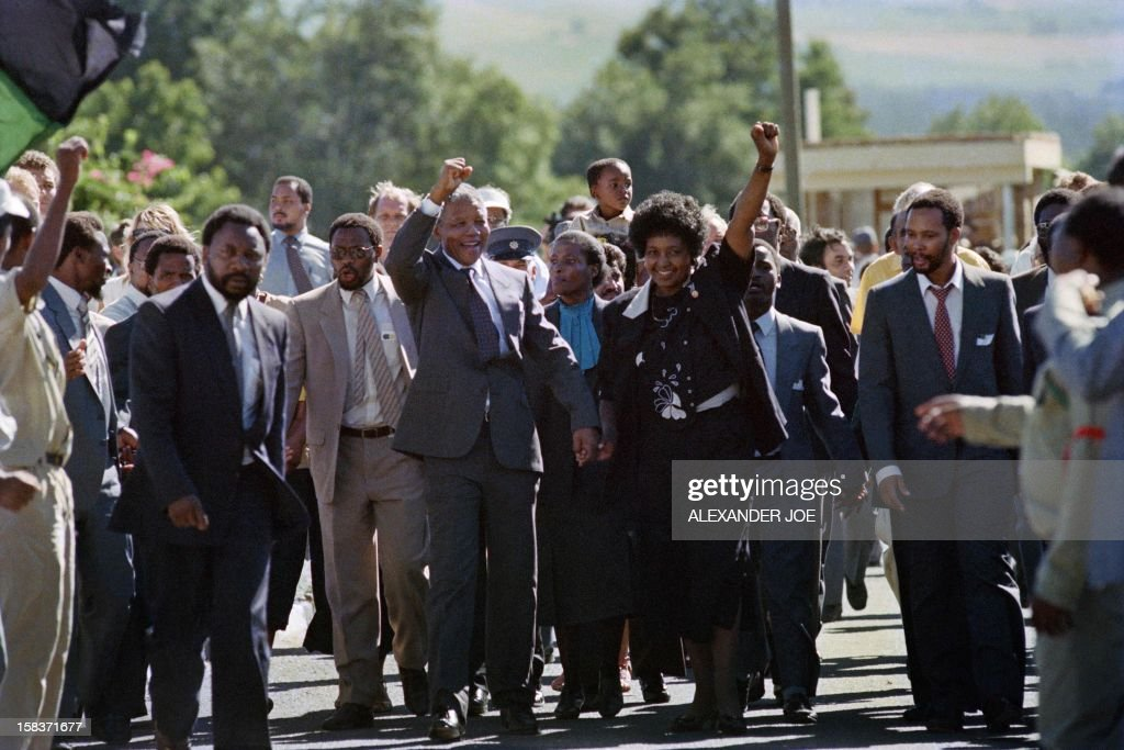 Anti-apartheid leader and African National Congress (ANC) member Nelson Mandela (C, L) and his wife anti-apartheid campaigner Winnie raise fists upon Mandela's release from Victor Verster prison on February 11, 1990 in Paarl. AFP PHOTO ALEXANDER JOE / AFP PHOTO / Alexander JOE