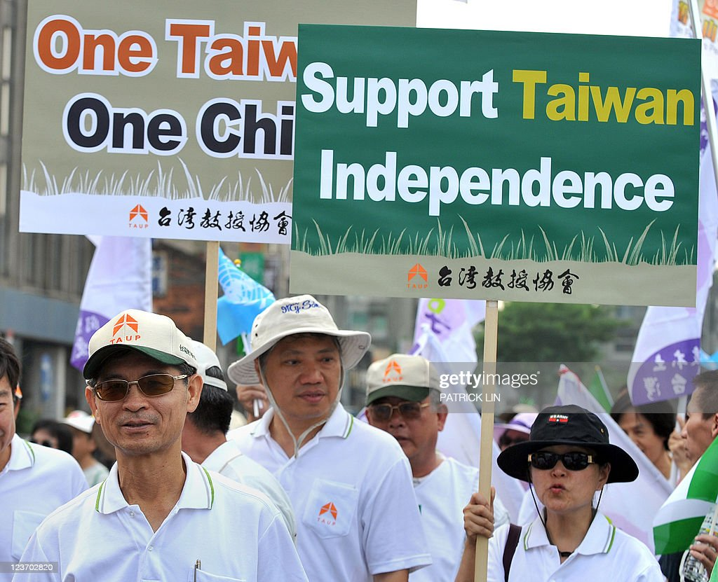 Anti-China activists hold placards durin : News Photo