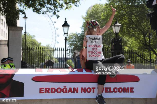 AntiErdogan protesters clash with police outside Downing Street as Turkish President Recep Tayyip Erdogan meets the Prime Minister on May 15 2018 in...