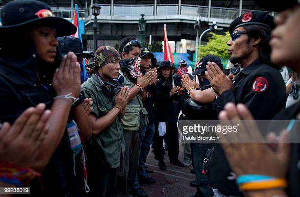 Antigovernment Black Shirt Guards pray at a shrine on May 13 2010 in central Bangkok Thailand The Black Shirt Guards are used as security forces for...