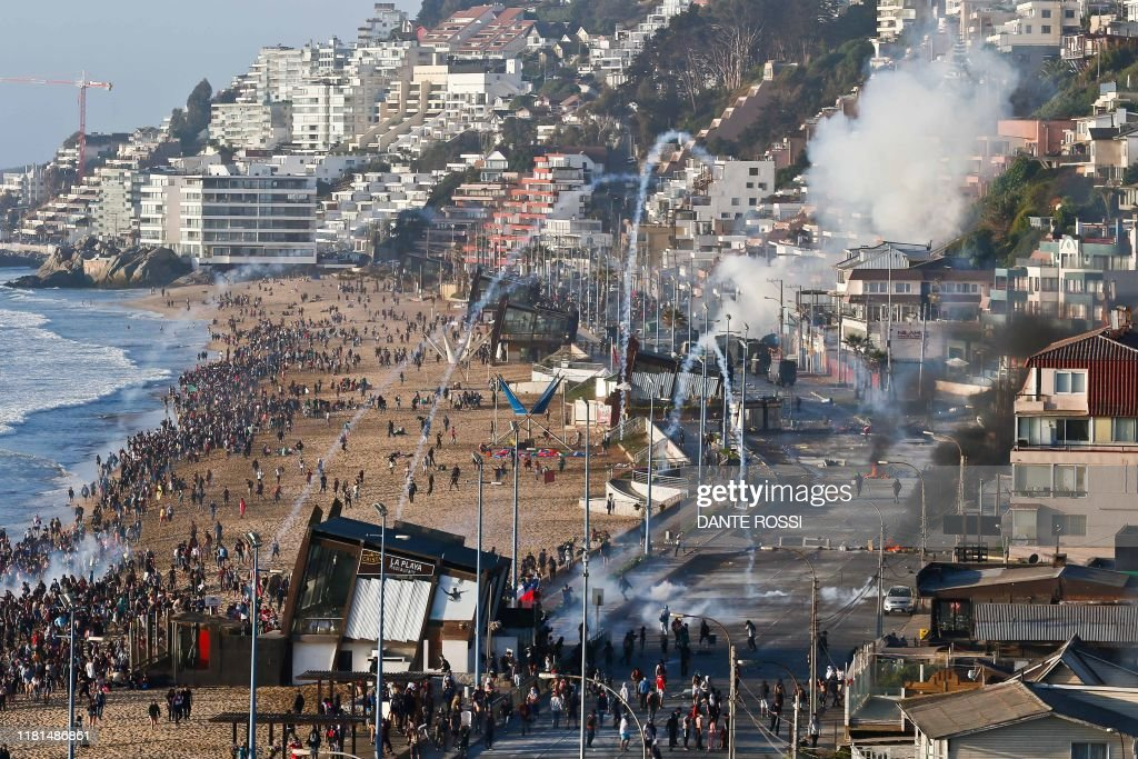 TOPSHOT-CHILE-CRISIS-PROTEST : News Photo