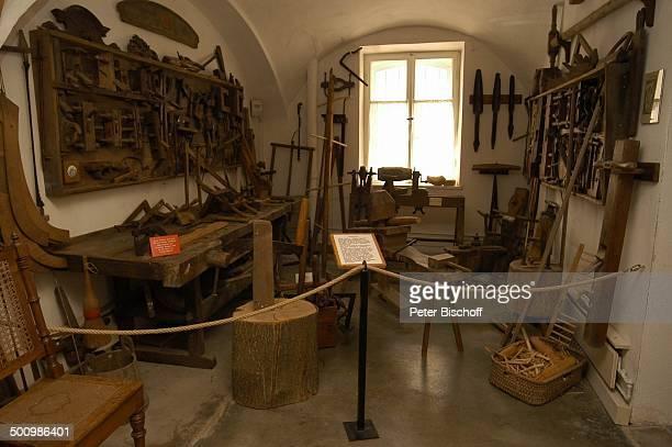 """Antike Tischler-Werkstatt,""""Heimat-Museum"""" der Gemeinde Marktl , , Promi P.-Nr. 622/2005, Reise, Tischlerei, Hinweis-Tafel """"Holzberufe"""", früher,..."""