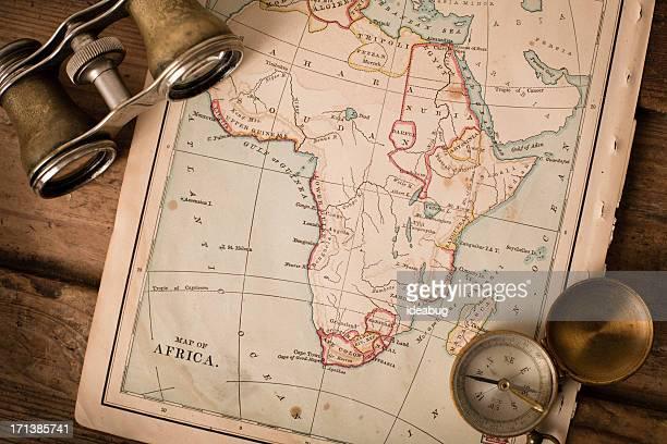 Antique 1870 carte de l'Afrique, des jumelles et boussole sur Trunk