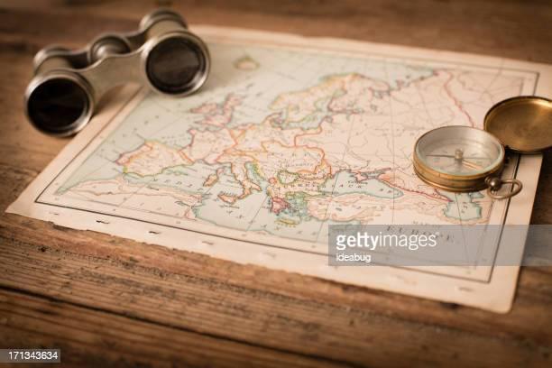 Antique 1870 carte de l'Europe, des jumelles et boussole sur Trunk