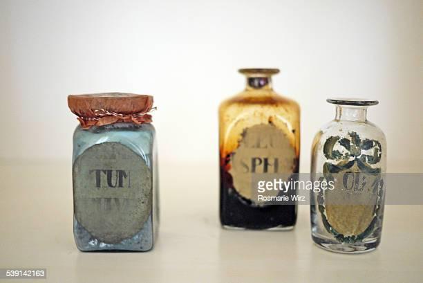 antique apothecary jar and bottles - manipulação de imagem - fotografias e filmes do acervo