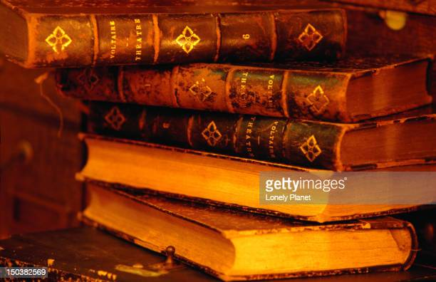 Antique books in L'Objet Qui Parle.