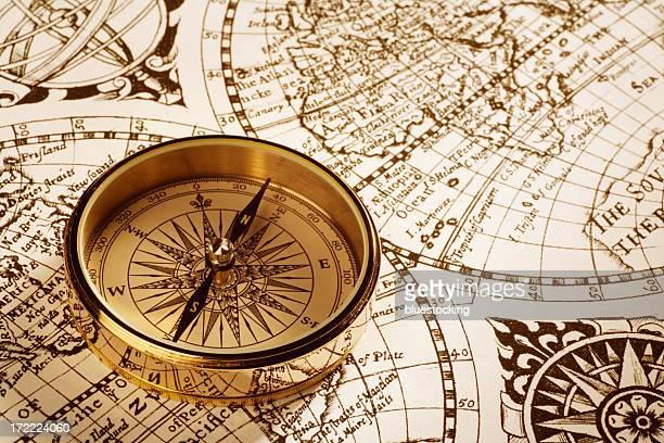 アンティークコンパスや地図