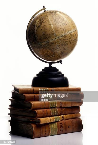 antico mondo su una pila di vecchi libri - mappamondo foto e immagini stock