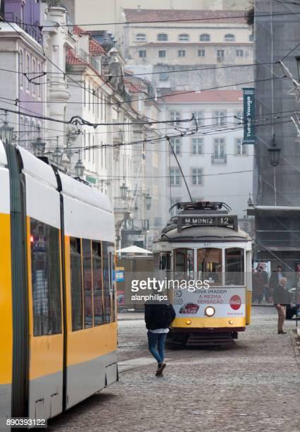 秋のアンティークのリスボンの路面電車 - フォゲイラ広場 ストックフォトと画像