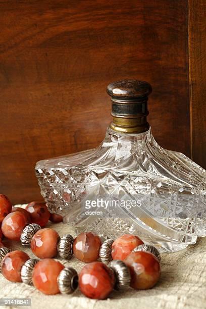 アンティークのネックレスとボトル